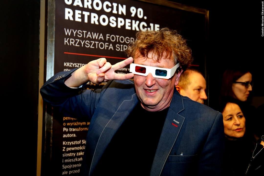 """Wideorelacja z wernisażu """"Jarocin 90. Retrospekcje"""" – wystawa fotografii Krzysztofa Sipa."""
