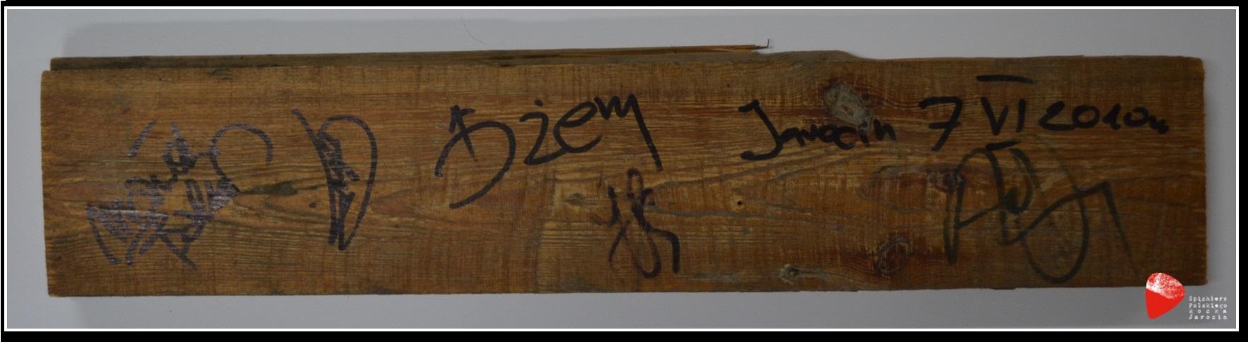 Deska ze sceny JOK'u z podpisami muzyków grupy Dżem.